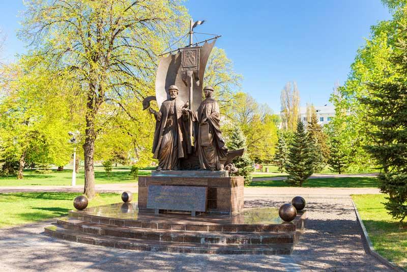 تندیس پیتر و فورونیا (Monument to Peter and Fevronia)