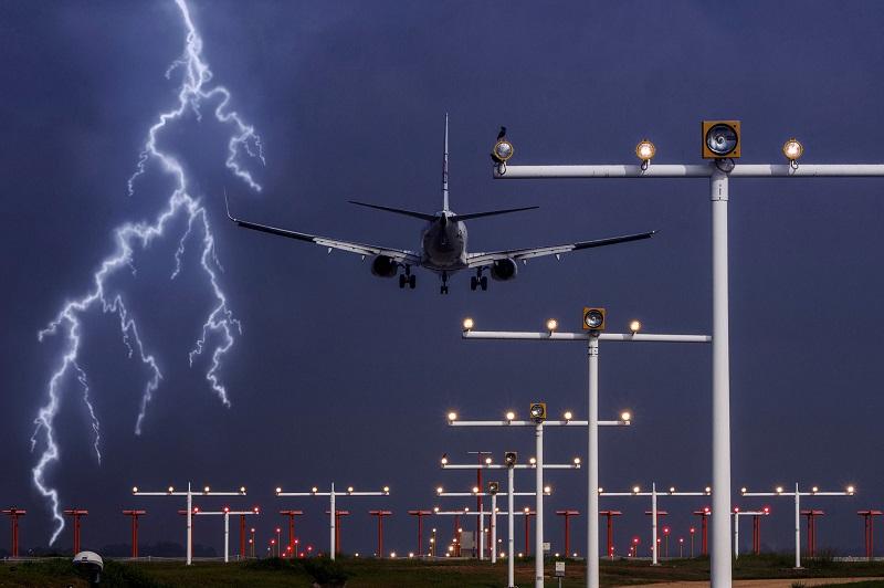 صاعقه و هواپیما