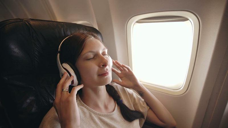 گوش دادن به موسیقی در هواپیما